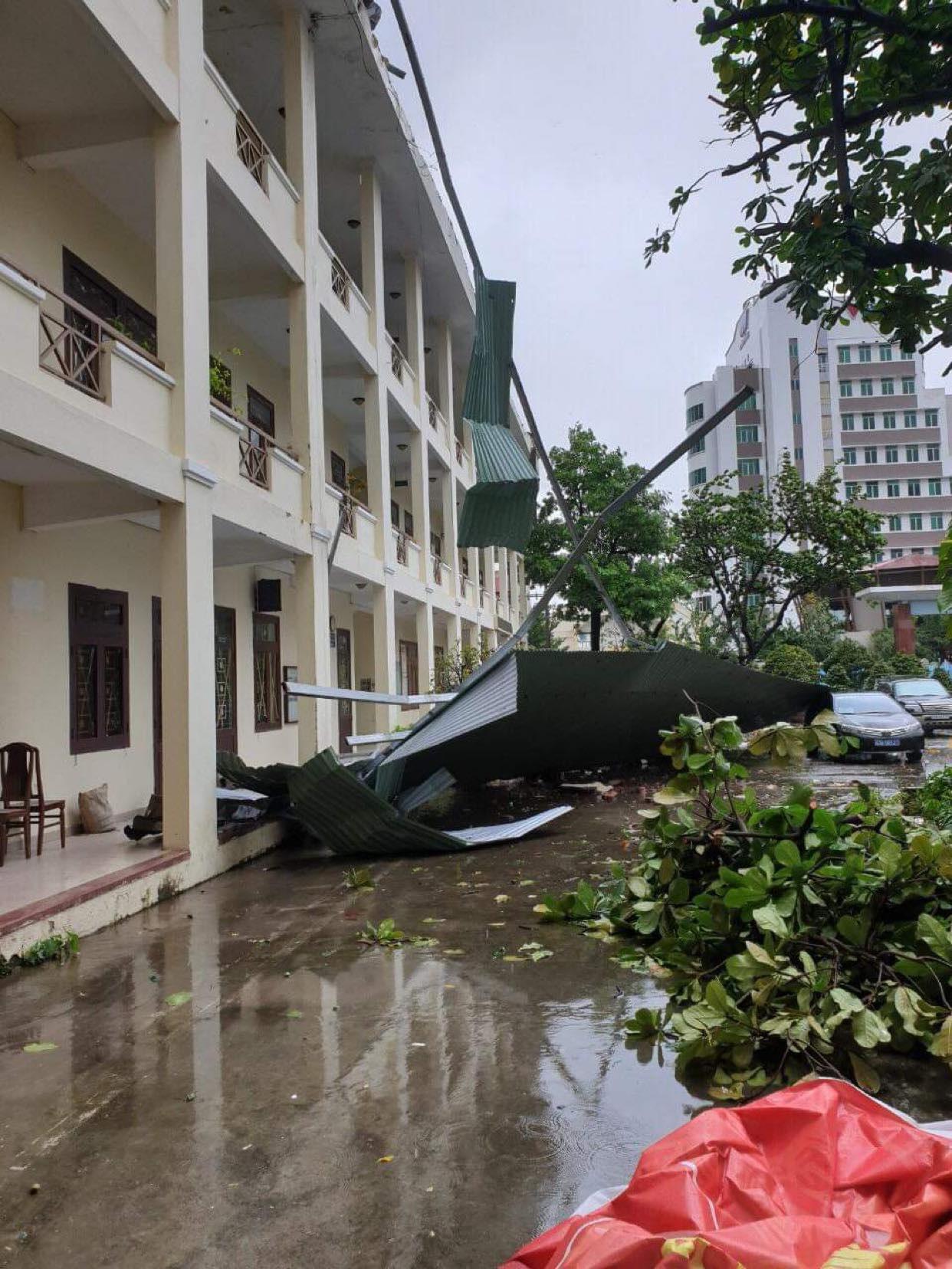 """Video: Những hình ảnh """"cuồng nộ"""" của bão Molave khi đổ bộ vào đất liền - Ảnh 7."""