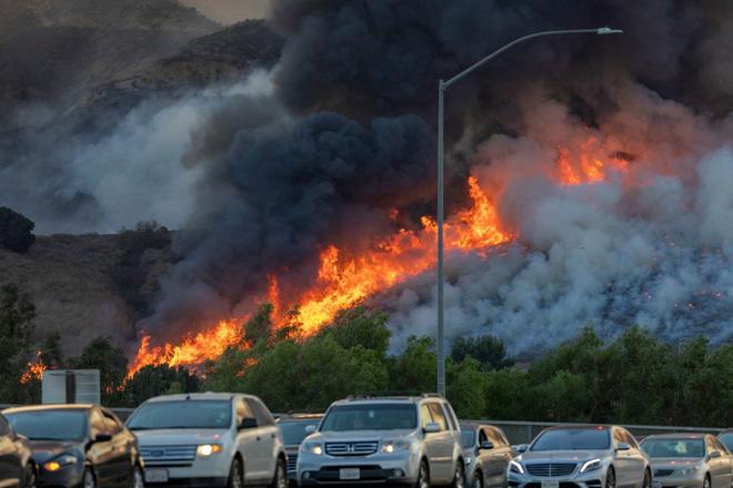 100.000 dân phải sơ tán vì cháy rừng - Ảnh 2.