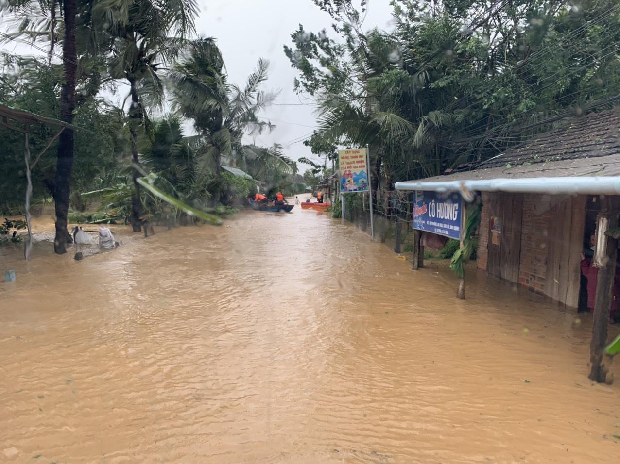 Bình Định: Hàng trăm nhà dân bị ngập 1m trong nước lũ - Ảnh 1.