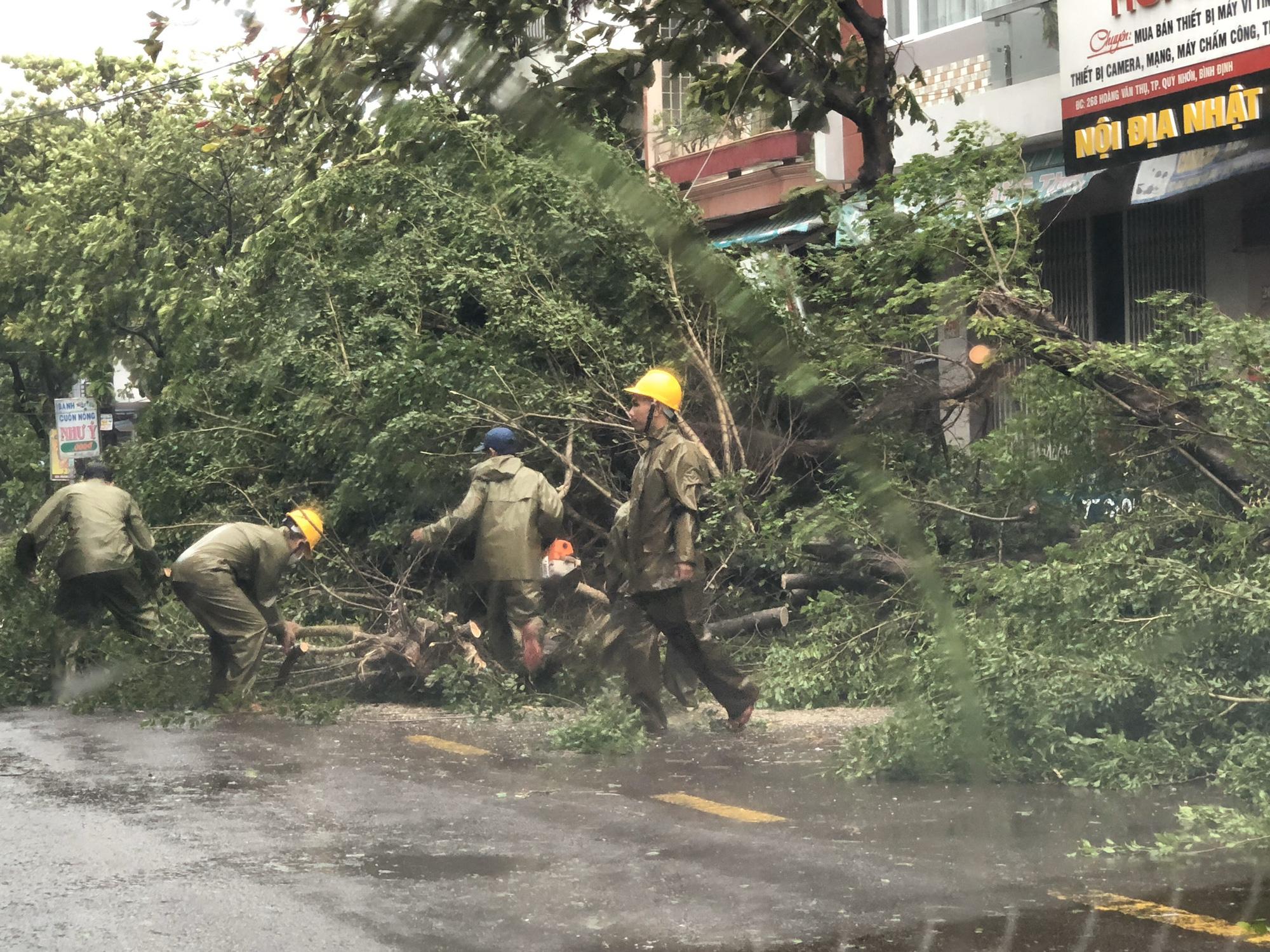 """Bình Định """"cấp tốc"""" dọn dẹp thiệt hại do bão số 9 - Ảnh 2."""