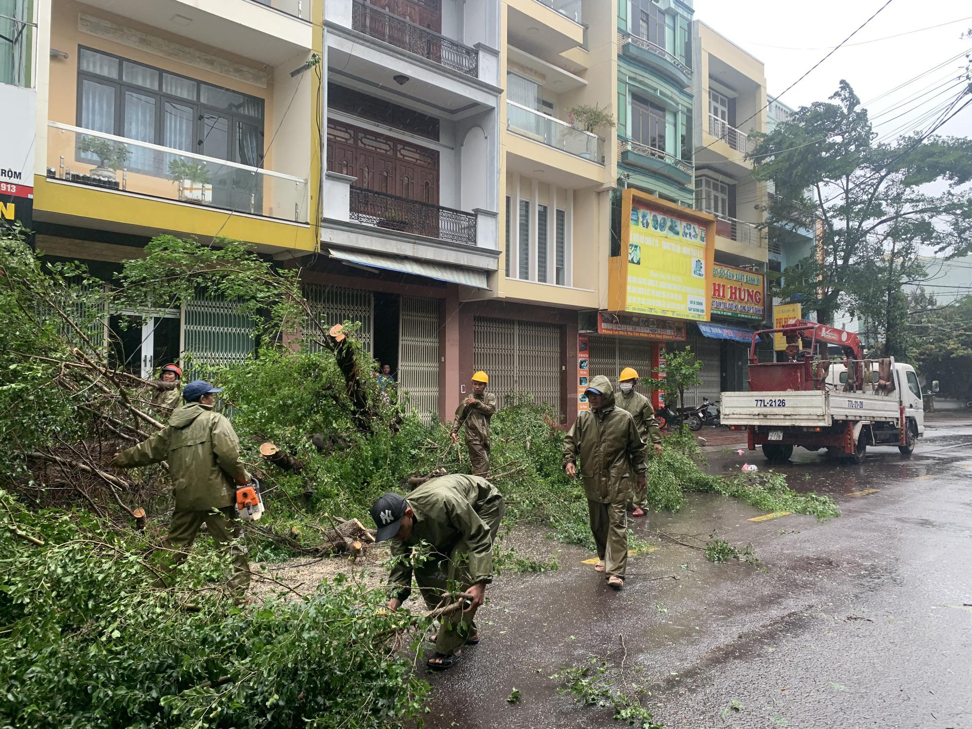 """Bình Định """"cấp tốc"""" dọn dẹp thiệt hại do bão số 9 - Ảnh 3."""