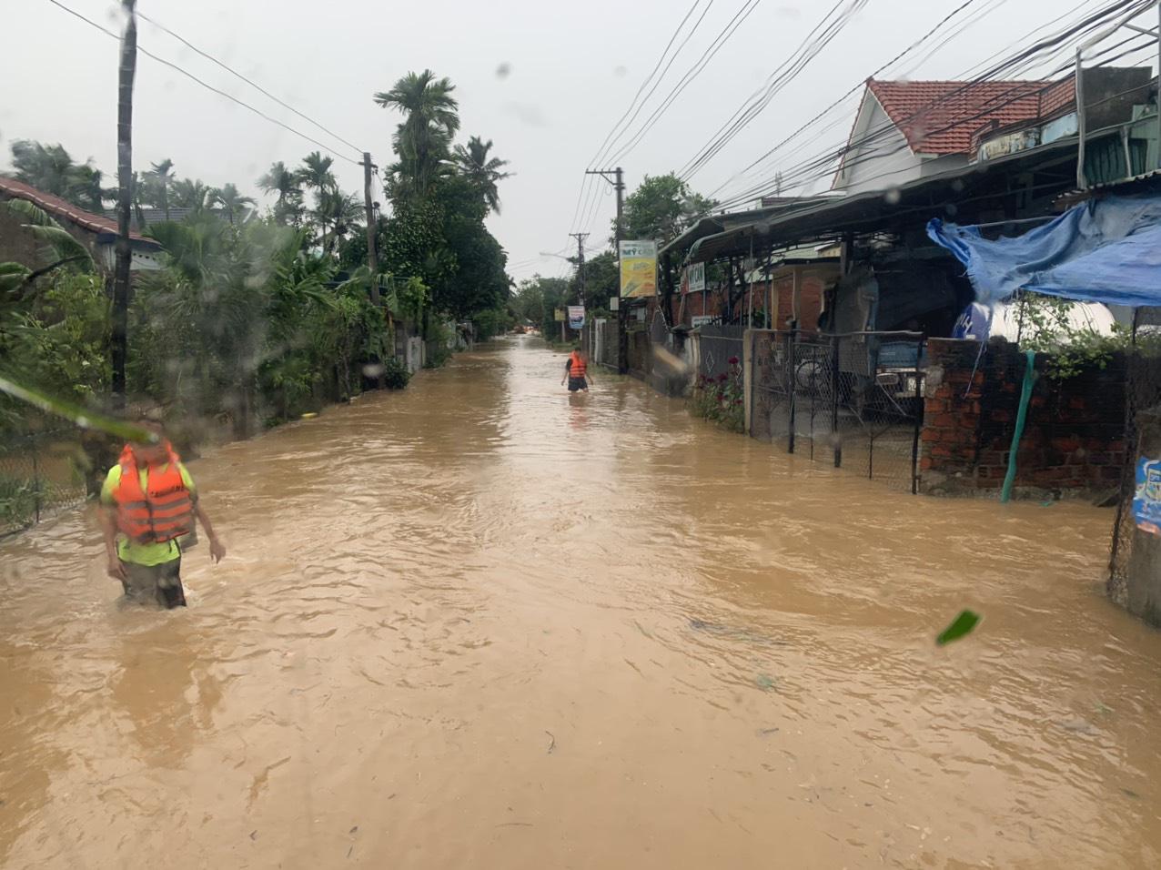 Bình Định: Hàng trăm nhà dân bị ngập 1m trong nước lũ - Ảnh 2.