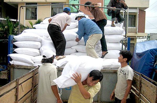 Cấp thêm 6.500 tấn gạo cho 4 tỉnh miền Trung bị mưa lũ - Ảnh 1.