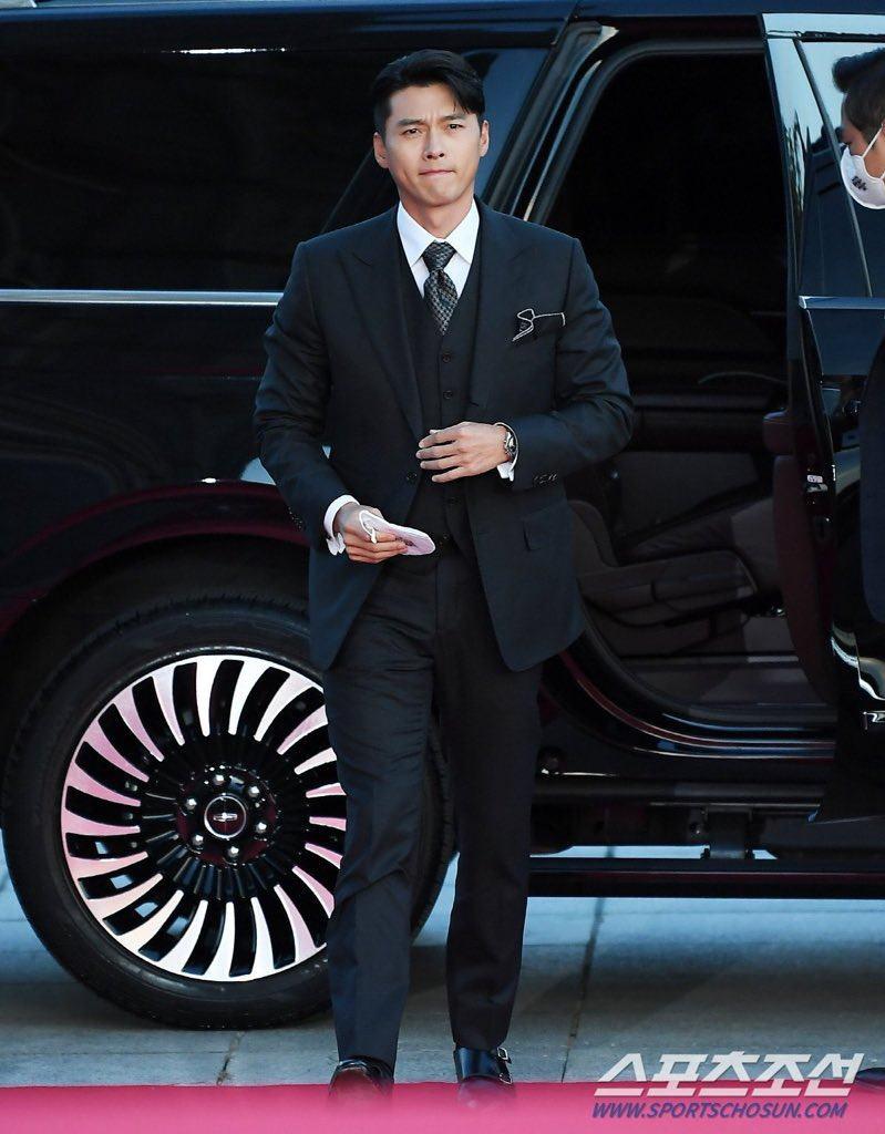 """Hyun Bin lẻ bóng vẫn điển trai chuẩn """"soái ca"""" đi nhận giải đặc biệt, Son Ye Jin làm điều bất ngờ - Ảnh 1."""