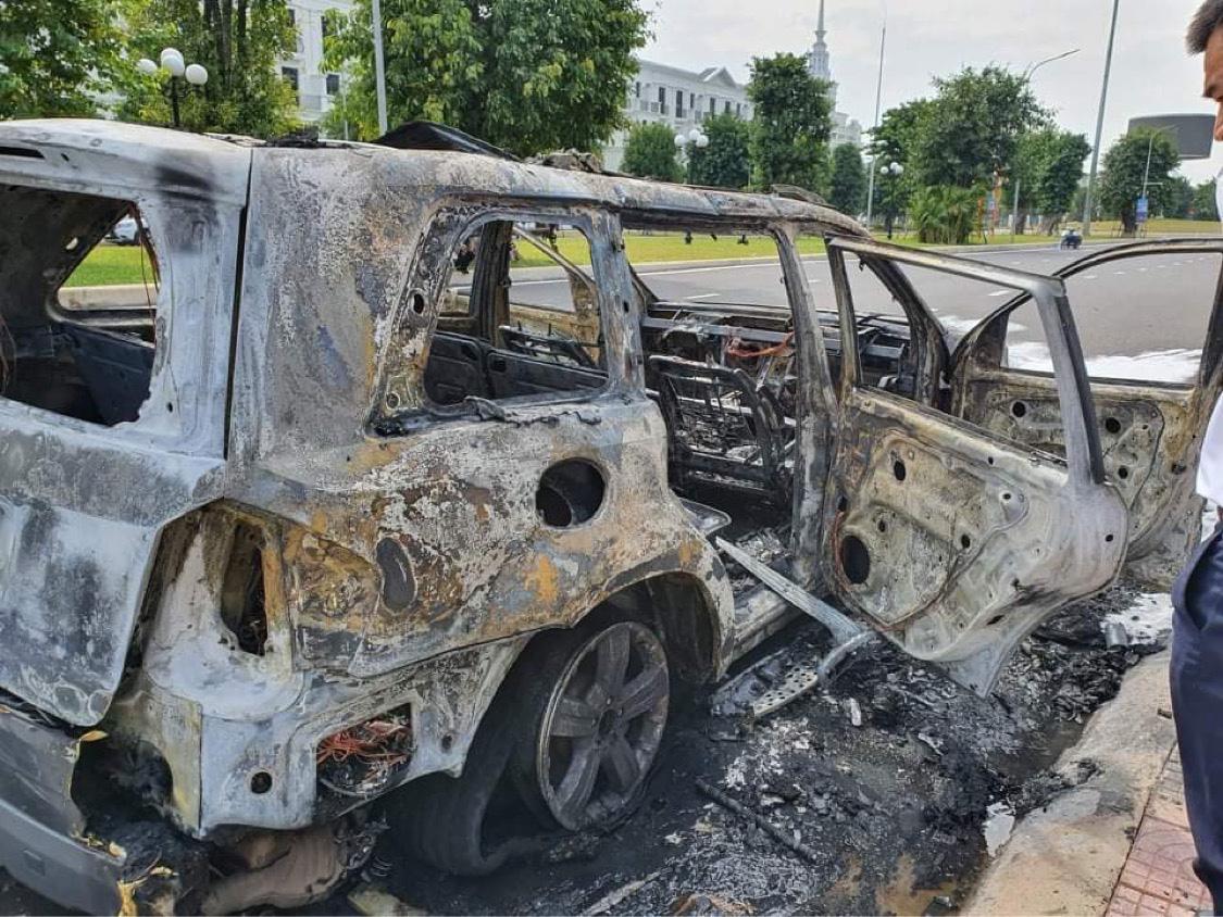 Hà Nội: Ô tô Mercedes cháy trơ khung trong khu đô thị - Ảnh 2.