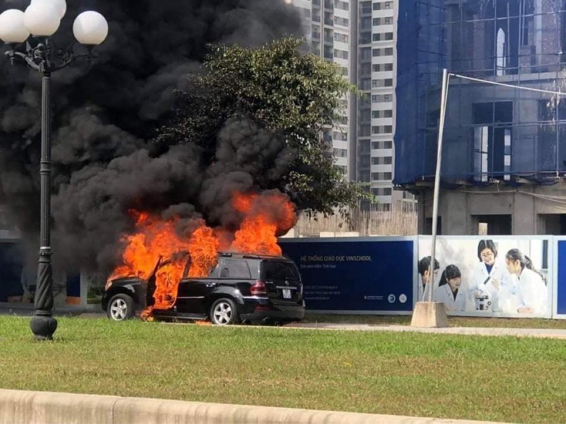 Hà Nội: Ô tô Mercedes cháy trơ khung trong khu đô thị - Ảnh 1.