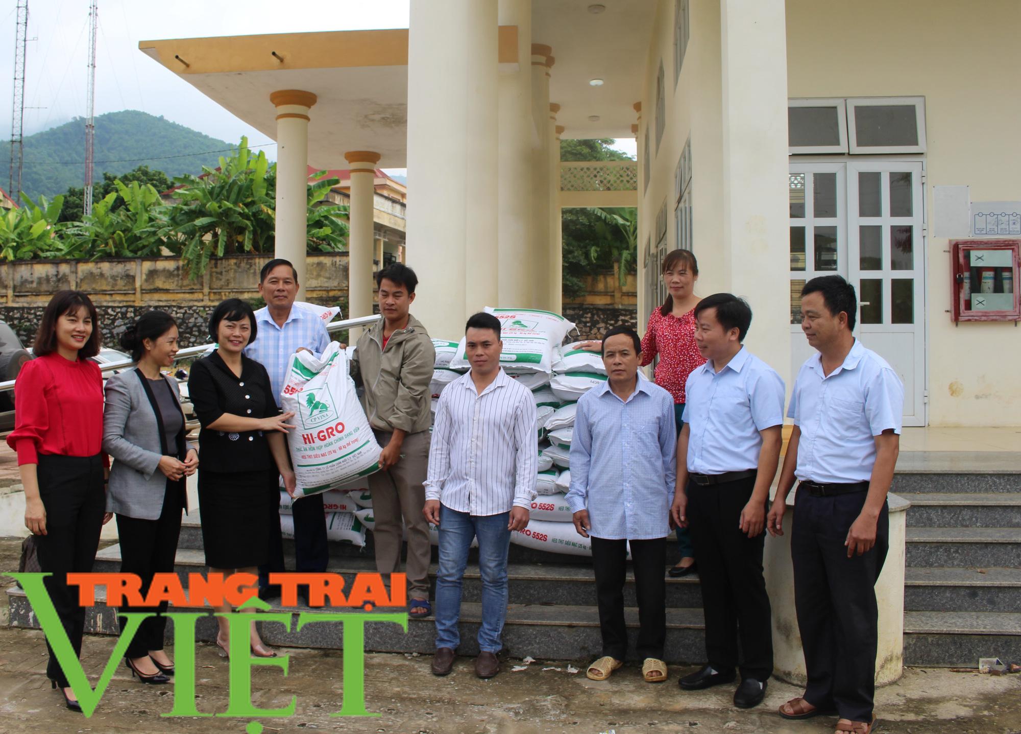Hội Nông dân tỉnh Hòa Bình: Trao tặng lợn giống, vật tư chăn nuôi cho hội viên - Ảnh 3.