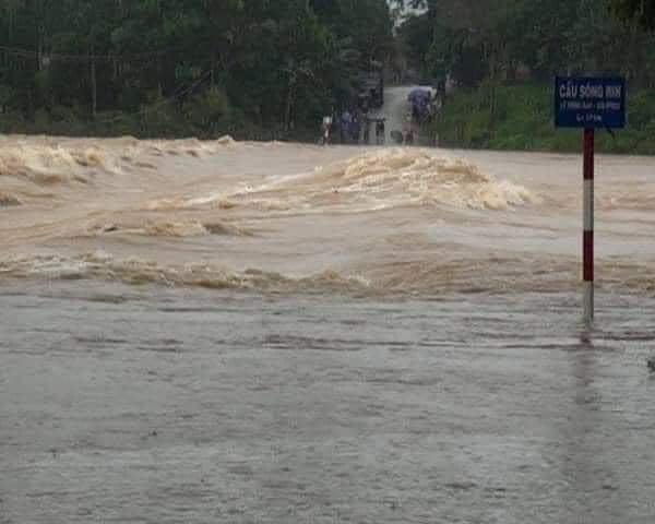 Quảng Ngãi: Một thị trấn chìm trong biển nước sau bão số 9 - Ảnh 2.