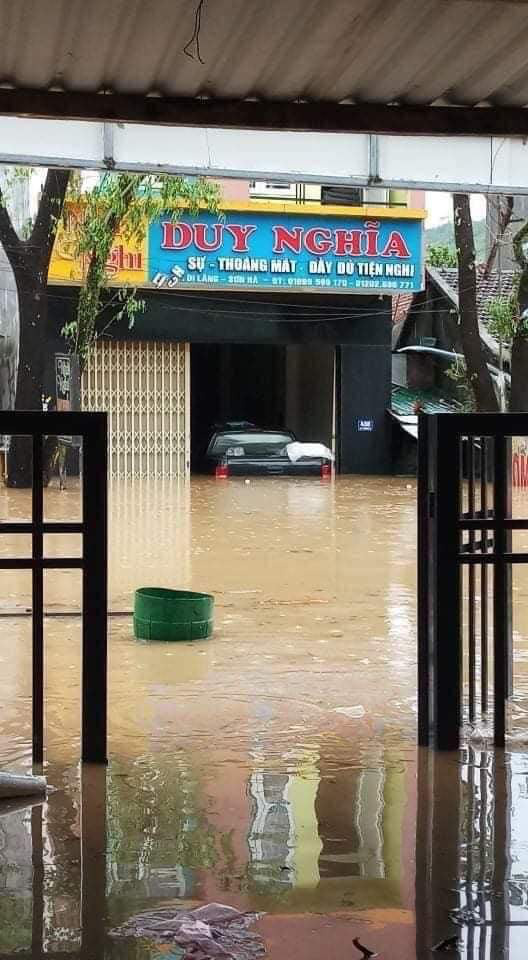 Quảng Ngãi: Một thị trấn chìm trong biển nước sau bão số 9 - Ảnh 3.