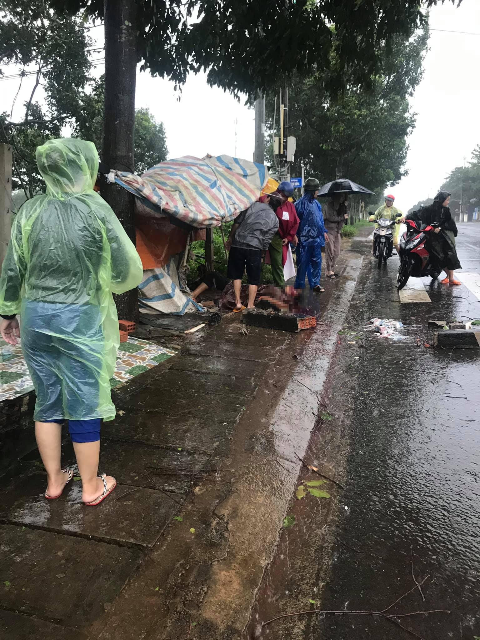 Trú mưa tránh bão, một người bị bê tông rơi trúng đầu chấn thương sọ não - Ảnh 1.