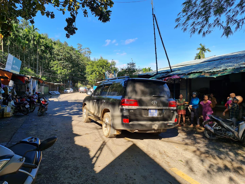 Ảnh, clip: Những hình ảnh đầu tiên của cuộc tìm kiếm cứu nạn vụ sạt lở vùi lấp hơn 50 người ở Nam Trà My - Ảnh 4.