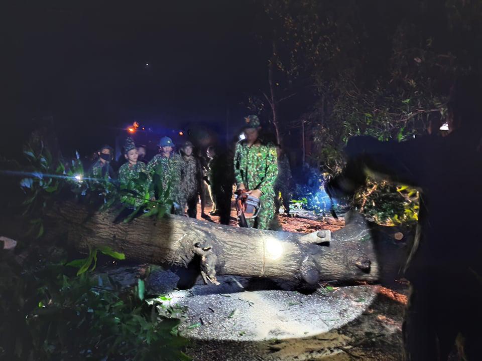 Ảnh, clip: Những hình ảnh đầu tiên của cuộc tìm kiếm cứu nạn vụ sạt lở vùi lấp hơn 50 người ở Nam Trà My - Ảnh 7.