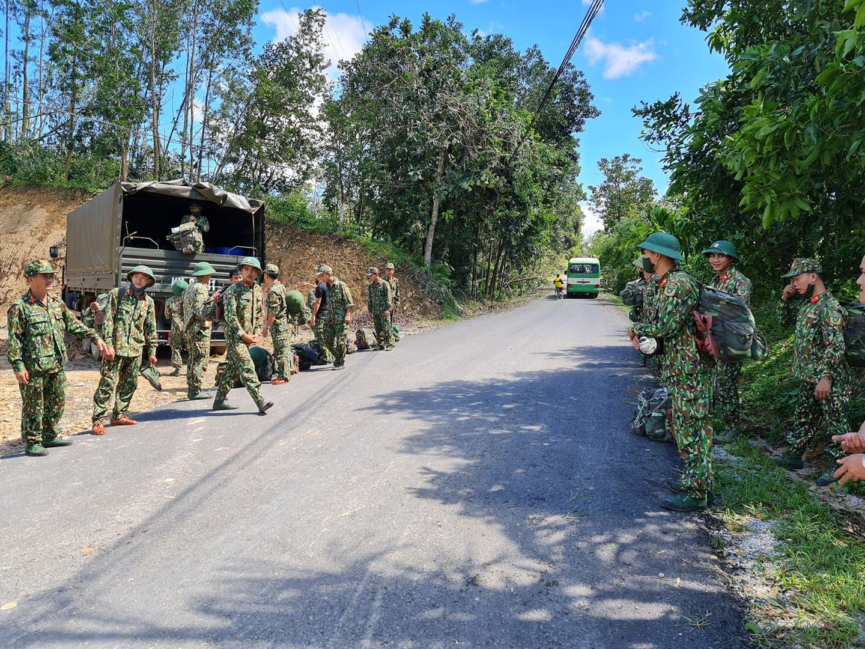 Ảnh, clip: Những hình ảnh trực tiếp của cuộc tìm kiếm cứu nạn vụ sạt lở vùi lấp hơn 50 người ở Nam Trà My - Ảnh 1.