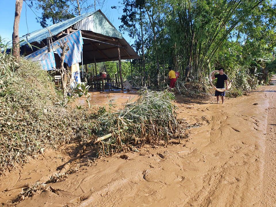 Ảnh, clip: Những hình ảnh đầu tiên của cuộc tìm kiếm cứu nạn vụ sạt lở vùi lấp hơn 50 người ở Nam Trà My - Ảnh 8.
