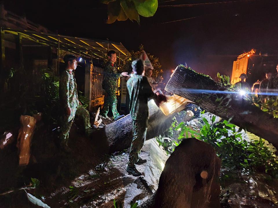 Ảnh, clip: Những hình ảnh đầu tiên của cuộc tìm kiếm cứu nạn vụ sạt lở vùi lấp hơn 50 người ở Nam Trà My - Ảnh 10.
