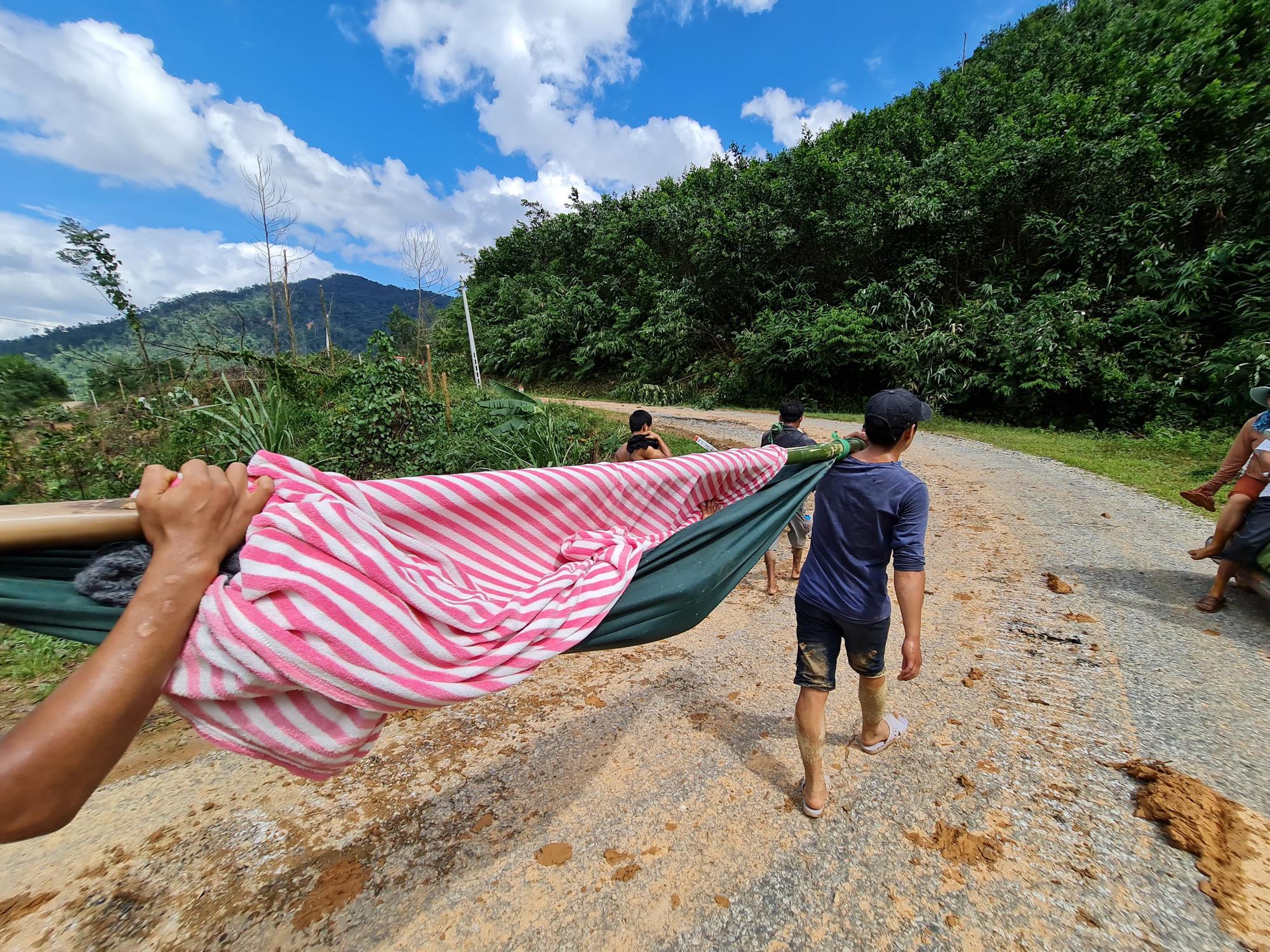 Nóng: Nhanh chóng đưa người còn sống trong vụ sạt lở ở Nam Trà My đi cấp cứu - Ảnh 6.