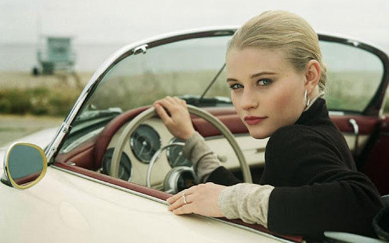Phụ nữ lái xe ô tô: Từ nỗi ám ảnh giày cao gót đến quên bật gương - Ảnh 1.