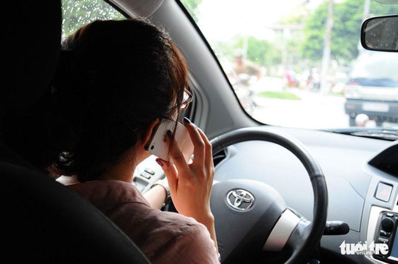 Phụ nữ lái xe ô tô: Từ nỗi ám ảnh giày cao gót đến quên bật gương - Ảnh 2.