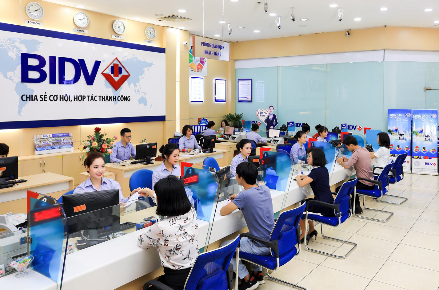 BIDV nỗ lực đảm bảo kinh doanh ổn định,  chung tay hỗ trợ đồng bào Miền Trung khắc phục hậu quả thiên tai  - Ảnh 1.