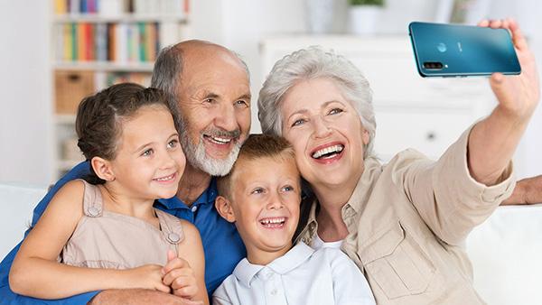 Lựa chọn điện thoại cho người già: Vsmart màn to, pin khoẻ - Ảnh 1.