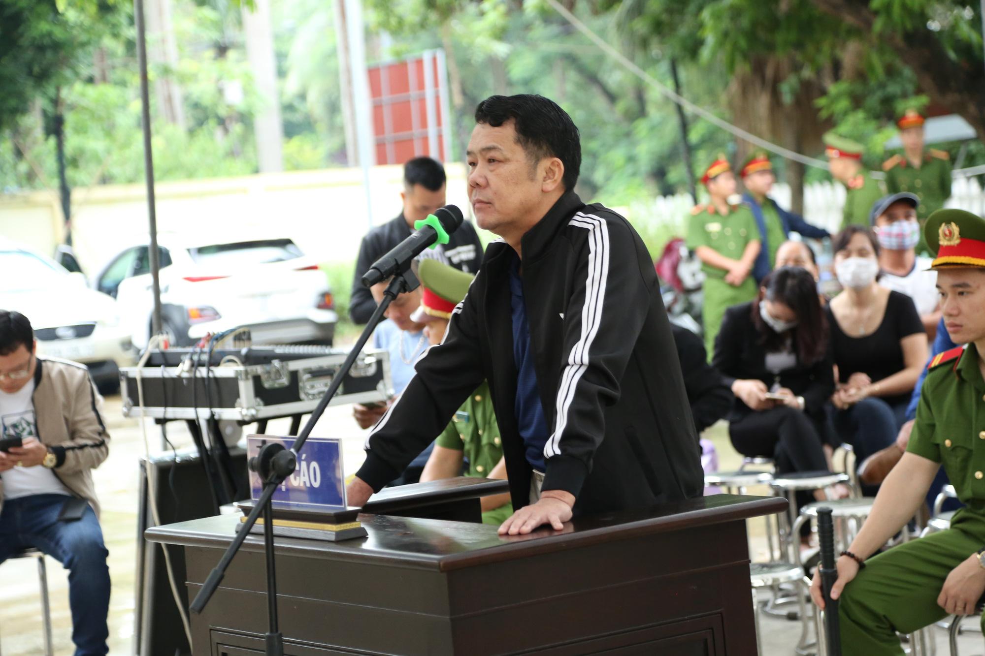 Ảnh: Phiên toà xét xử Giám đốc rút súng doạ 'bắn vỡ sọ' tài xế xe tải - Ảnh 2.