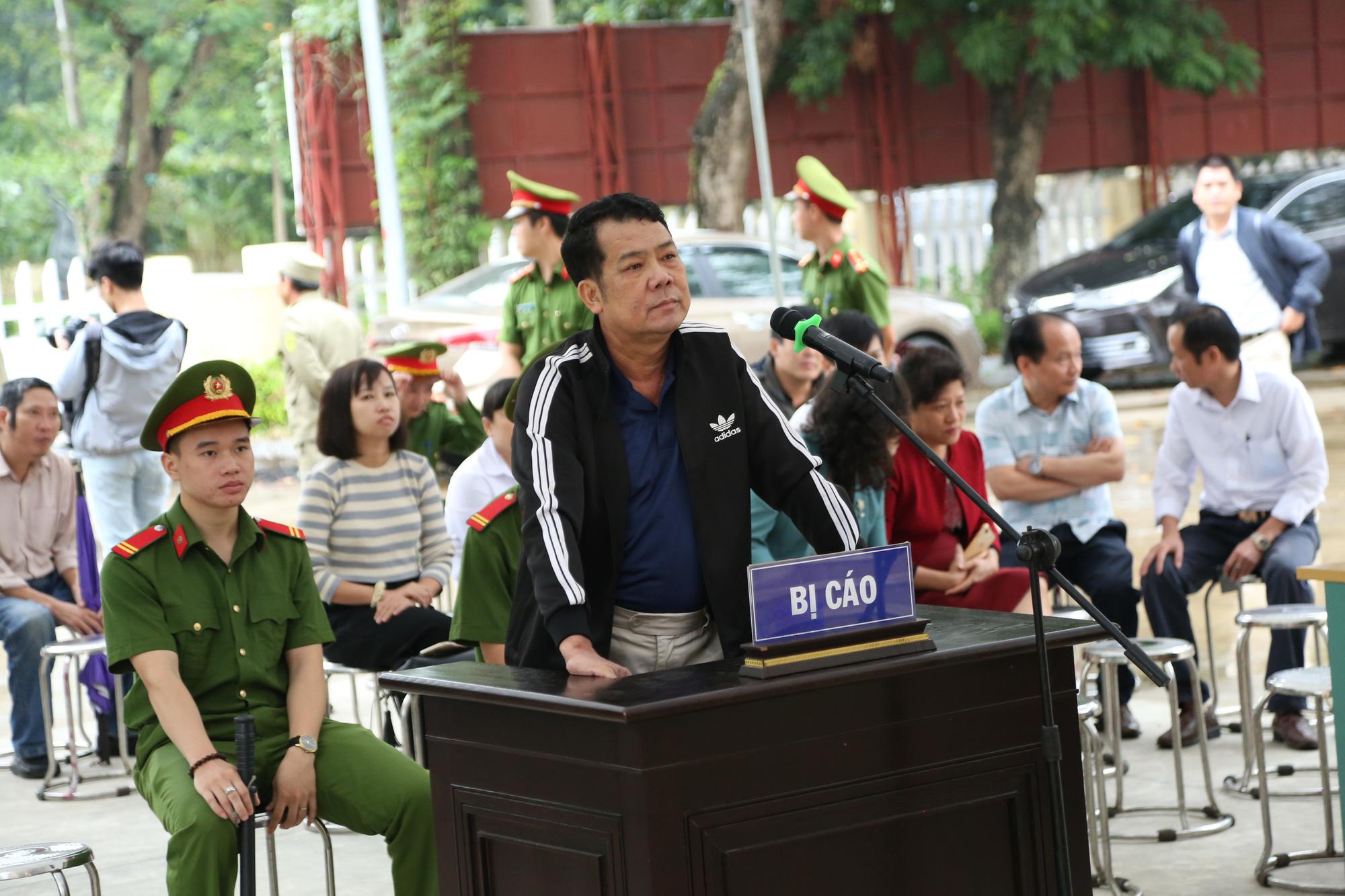 Ảnh: Phiên toà xét xử Giám đốc rút súng doạ 'bắn vỡ sọ' tài xế xe tải - Ảnh 6.