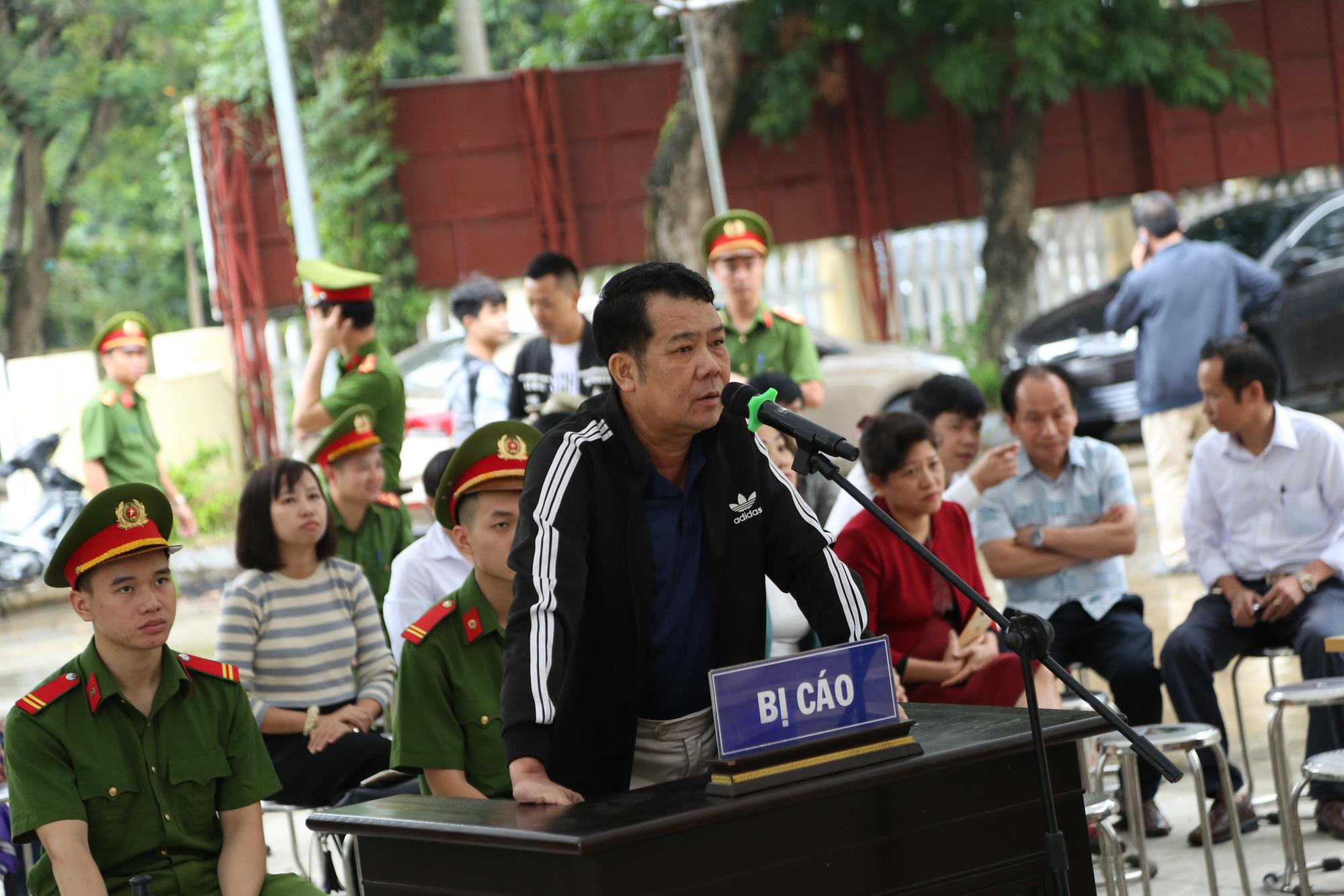 Ảnh: Phiên toà xét xử Giám đốc rút súng doạ 'bắn vỡ sọ' tài xế xe tải - Ảnh 3.