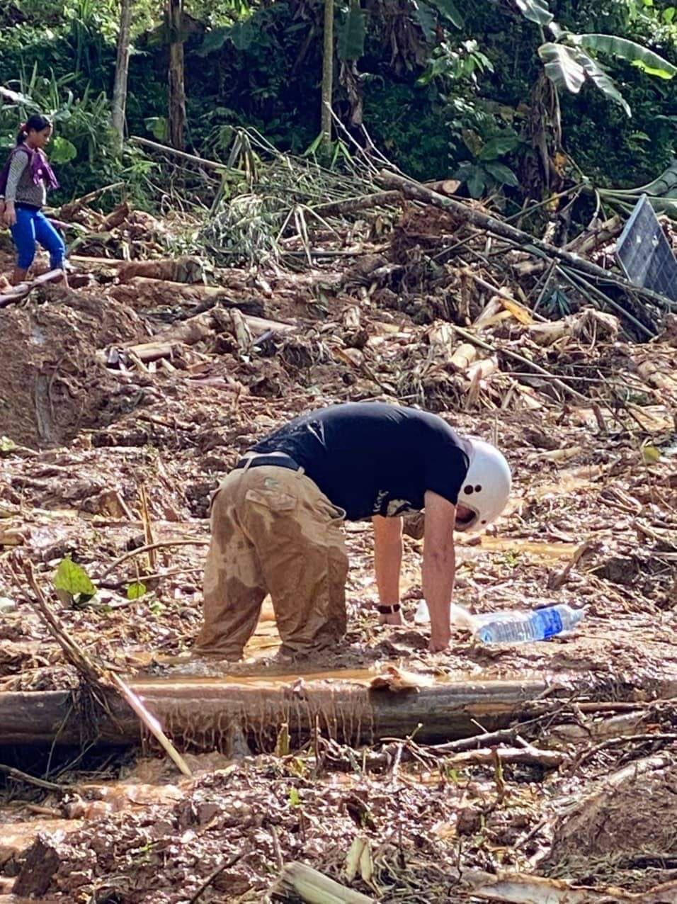 Ảnh, clip: Những hình ảnh đầu tiên của cuộc tìm kiếm cứu nạn vụ sạt lở vùi lấp hơn 50 người ở Nam Trà My - Ảnh 2.