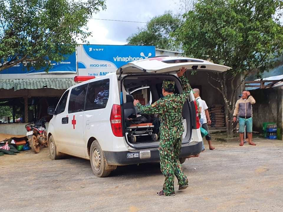 Nóng: Nhanh chóng đưa người còn sống trong vụ sạt lở ở Nam Trà My đi cấp cứu - Ảnh 11.