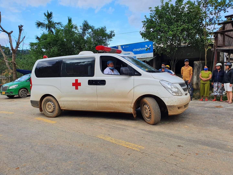 Nóng: Nhanh chóng đưa người còn sống trong vụ sạt lở ở Nam Trà My đi cấp cứu - Ảnh 12.