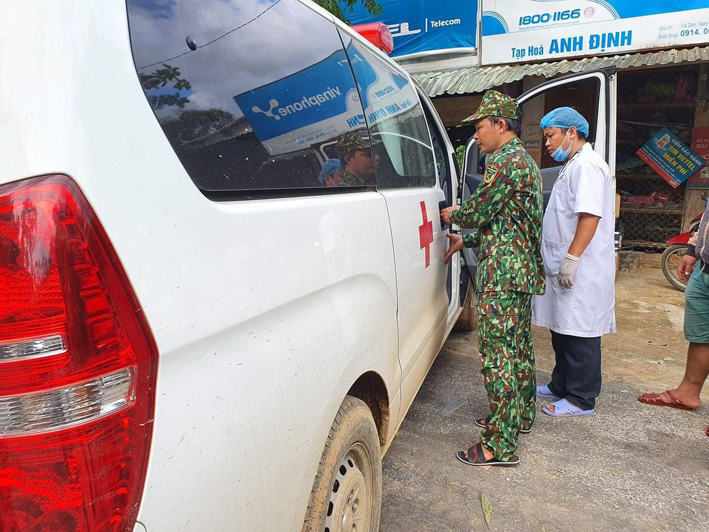 Nóng: Nhanh chóng đưa người còn sống trong vụ sạt lở ở Nam Trà My đi cấp cứu - Ảnh 13.