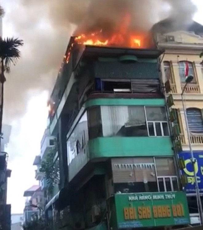Hà Nội: Nhà hàng hải sản bốc cháy bốc cháy dữ dội trong cơn mưa  - Ảnh 1.