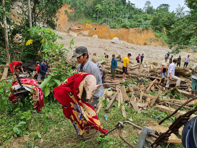 Sạt lở ở Quảng Nam: Chồng mất tích, tài sản còn lại là 19 con heo - Ảnh 1.