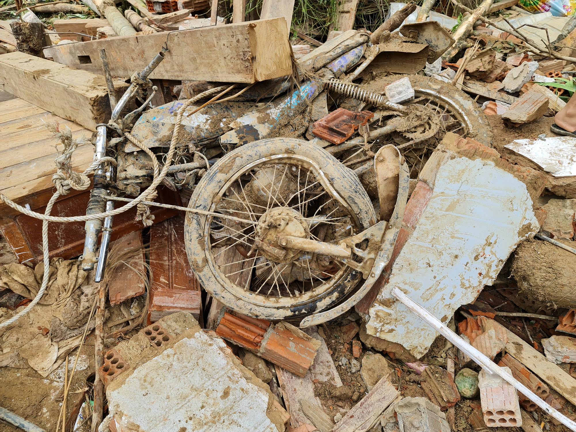 Sạt lở nghiên trọng ở Quảng Nam: Đẫm nước mắt nhìn cảnh tan nát ngôi làng Trà Leng - Ảnh 12.