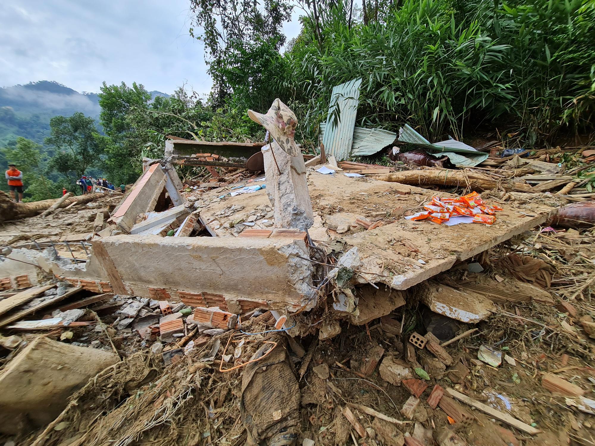 Sạt lở nghiên trọng ở Quảng Nam: Đẫm nước mắt nhìn cảnh tan nát ngôi làng Trà Leng - Ảnh 13.