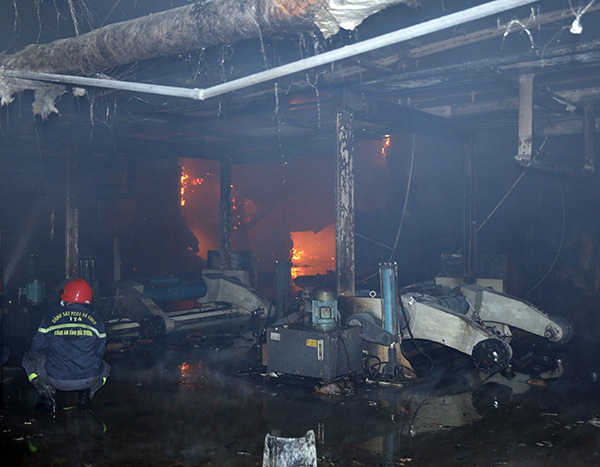 """Hải Dương: """"Bà hỏa"""" ghé thăm lúc rạng sáng, Công ty Bao bì Fushan thiệt hại hàng chục tỷ đồng - Ảnh 2."""