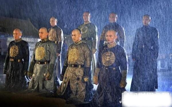 Vì sao lần đầu nhìn thấy Càn Long, hoàng đế Khang Hy lại kinh ngạc đến mức phải đặt chén rượu trên tay xuống? - Ảnh 2.