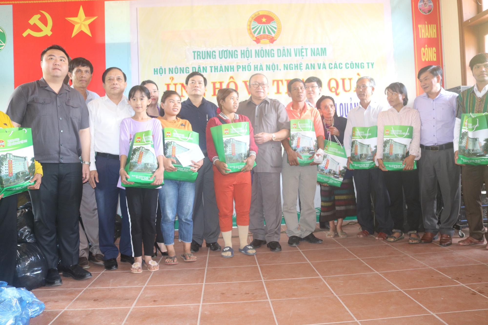 Chủ tịch Hội Nông dân Việt Nam thăm điểm trường, tặng quà đồng bào bị lũ quét tỉnh Quảng Trị - Ảnh 1.