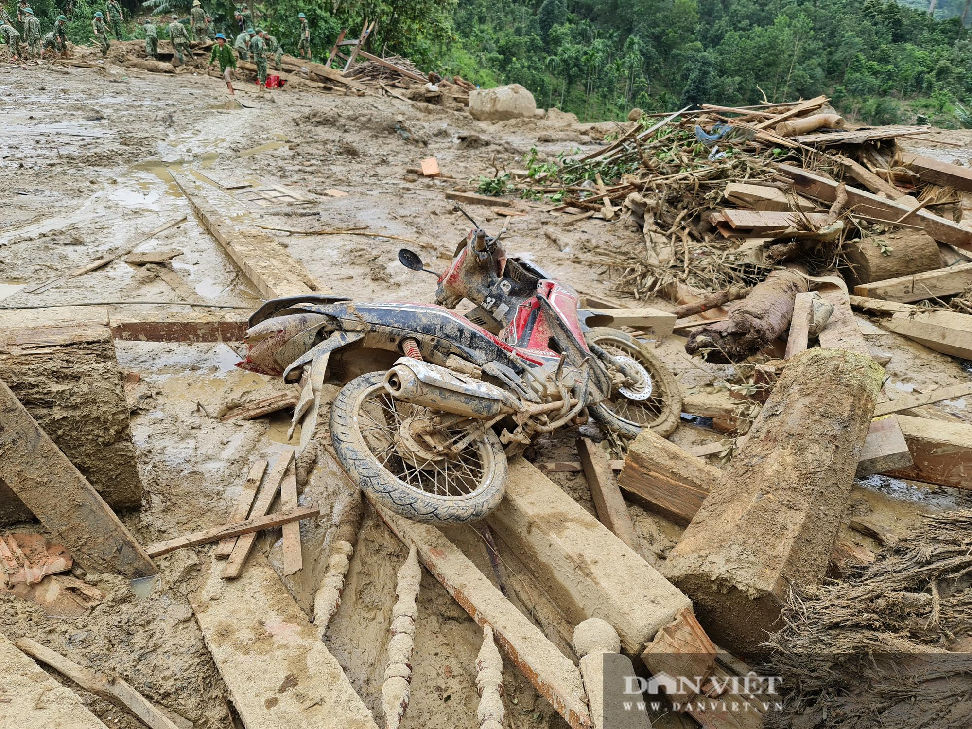Sạt lở nghiên trọng ở Quảng Nam: Đẫm nước mắt nhìn cảnh tan nát ngôi làng Trà Leng - Ảnh 11.