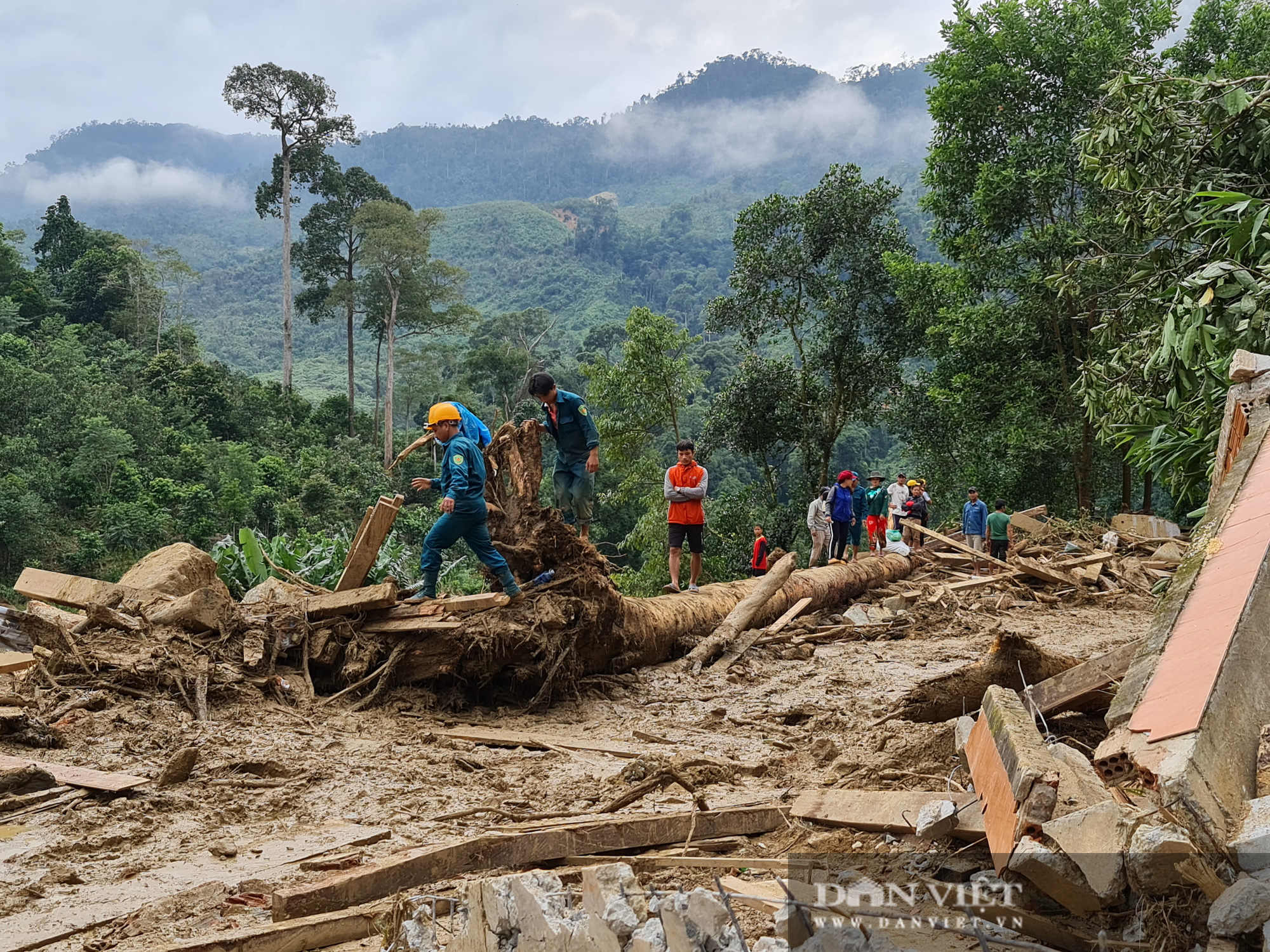 Sạt lở nghiên trọng ở Quảng Nam: Đẫm nước mắt nhìn cảnh tan nát ngôi làng Trà Leng - Ảnh 5.