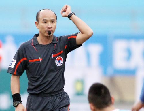 Clip: Trọng tài V.League lăn quay vì bị cầu thủ đá bóng vào mặt - Ảnh 1.