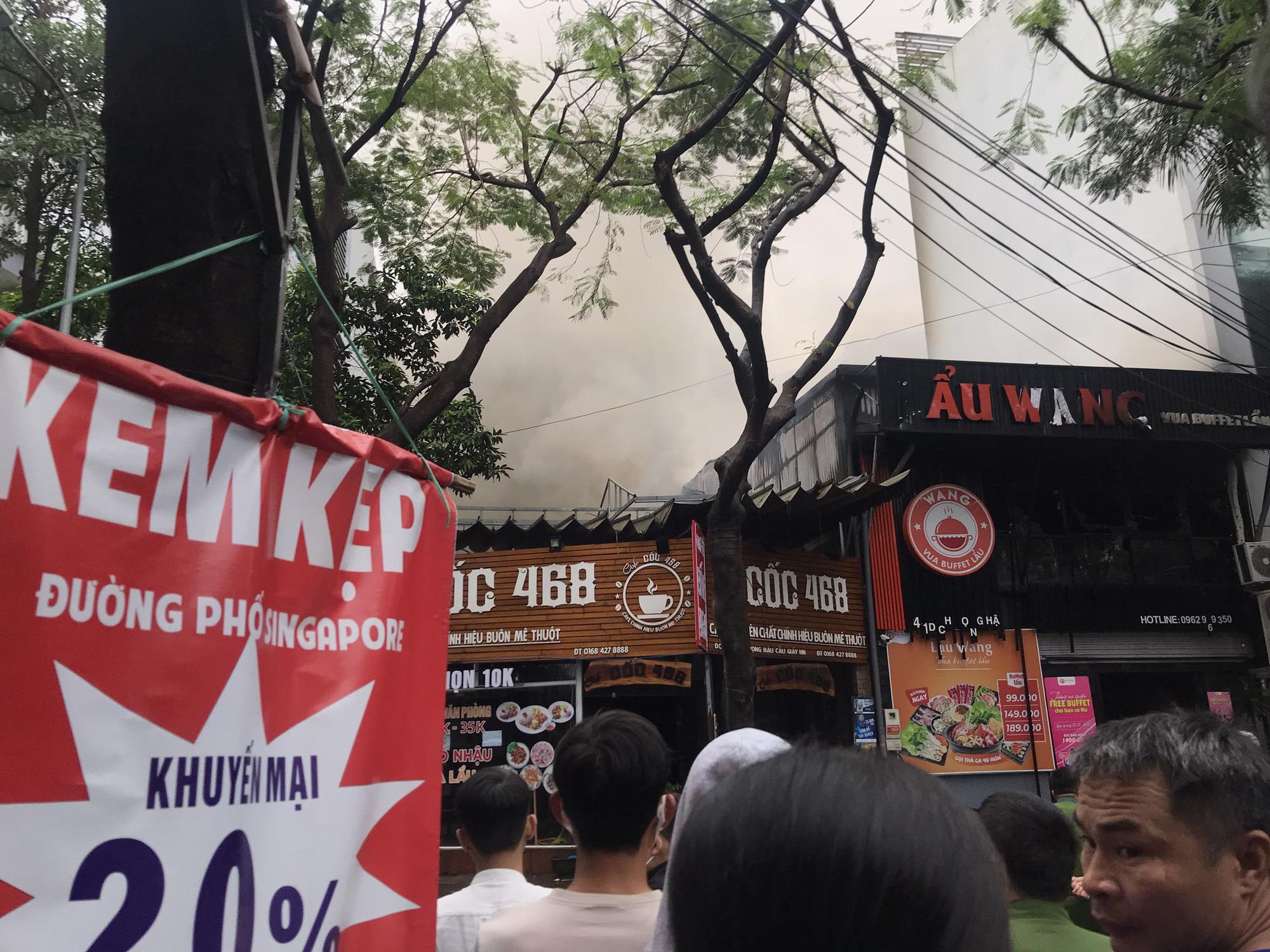 Clip: Cháy lớn tại nhà hàng lẩu nướng tại quận Cầu Giấy - Ảnh 3.