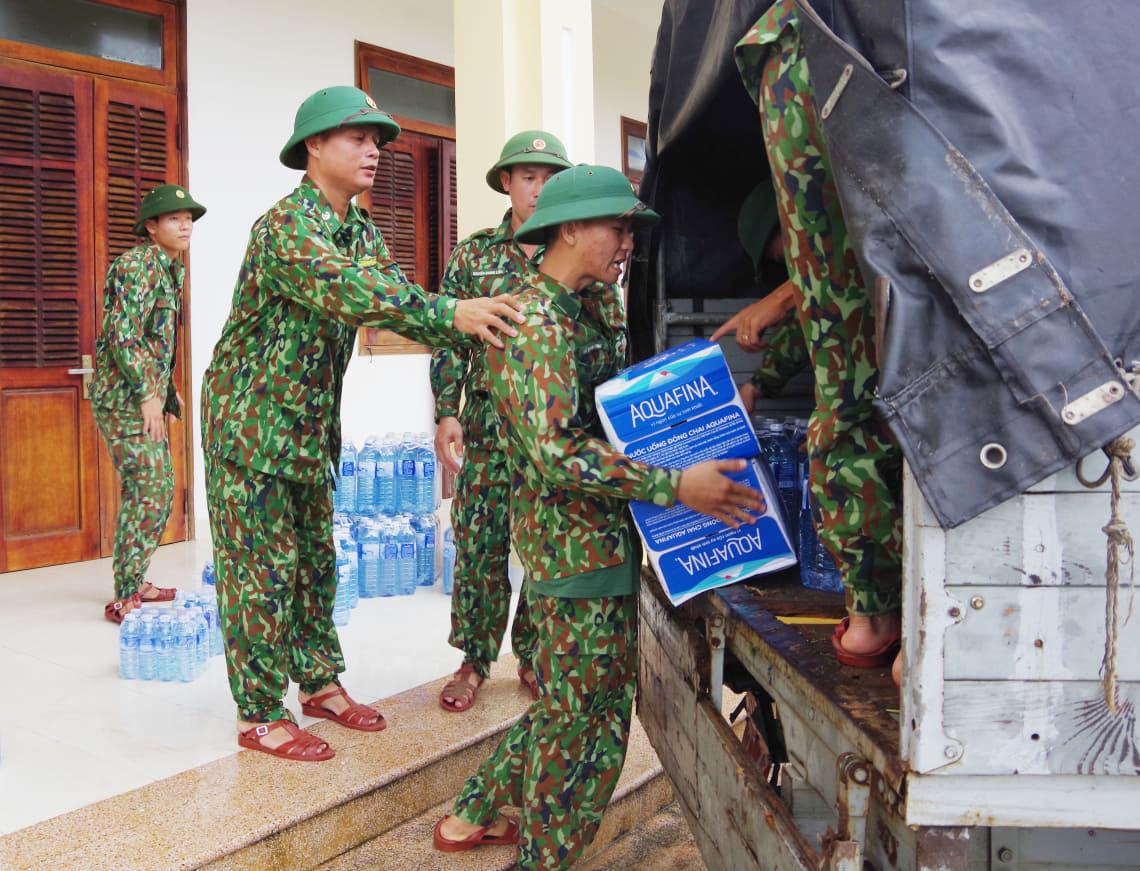 Tiếp tế lương thực 3.000 hộ dân bị cô lập ở Phước Sơn - Ảnh 1.