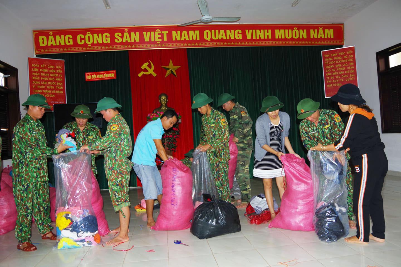 Tiếp tế lương thực 3.000 hộ dân bị cô lập ở Phước Sơn - Ảnh 2.