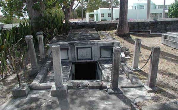 Bí ẩn xung quanh những cỗ quan tài tự dịch chuyển ở Barbados 200 năm trước - Ảnh 3.
