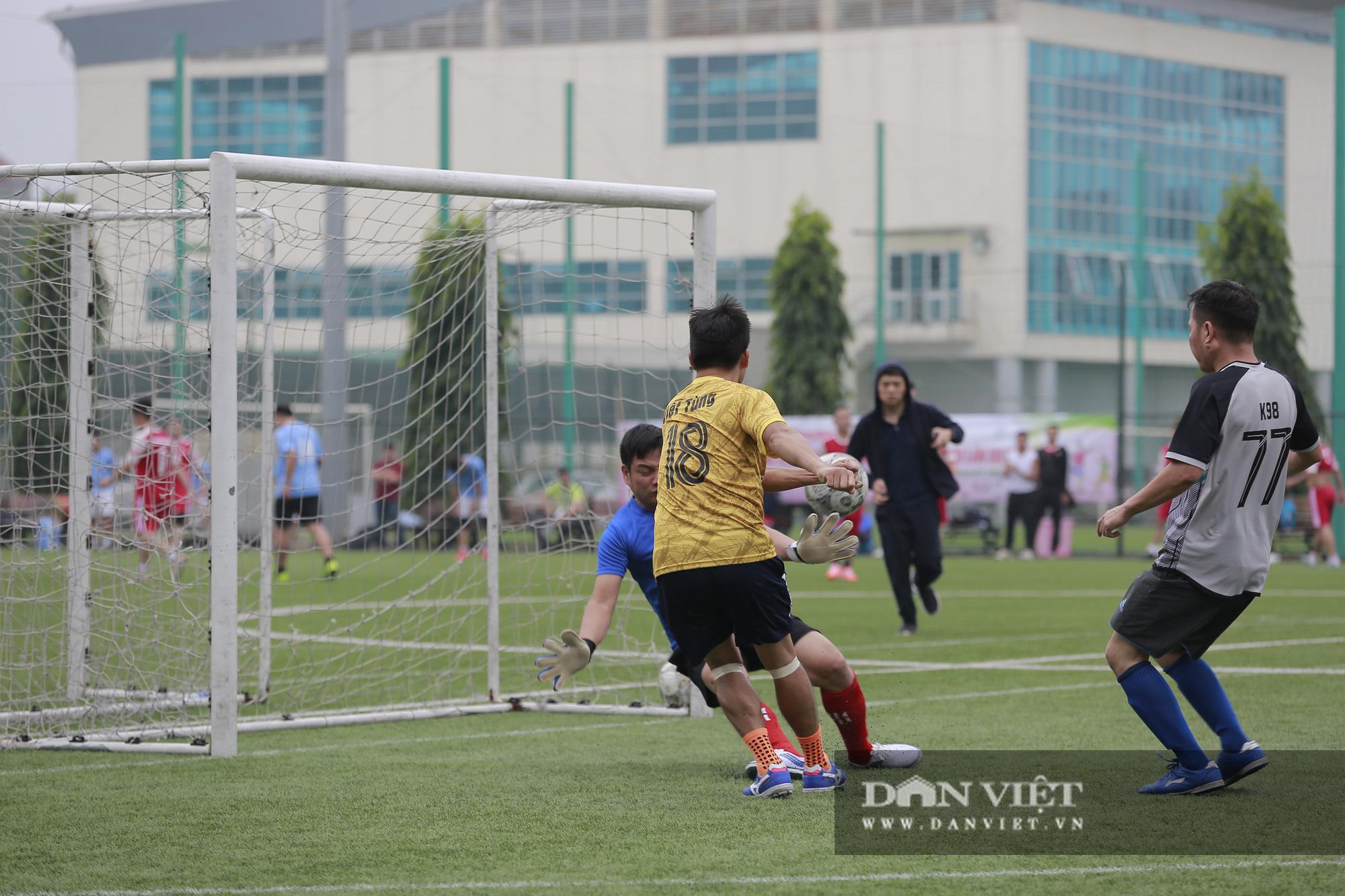 Khoảnh khắc lượt trận cuối cùng vòng bảng giải bóng đá báo NTNN/Dân Việt  - Ảnh 4.