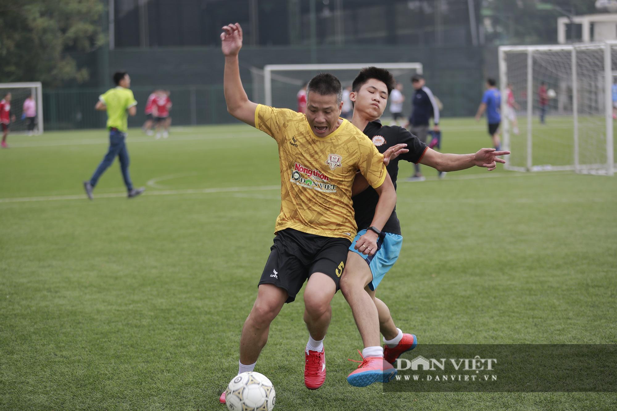 Khoảnh khắc lượt trận cuối cùng vòng bảng giải bóng đá báo NTNN/Dân Việt  - Ảnh 1.