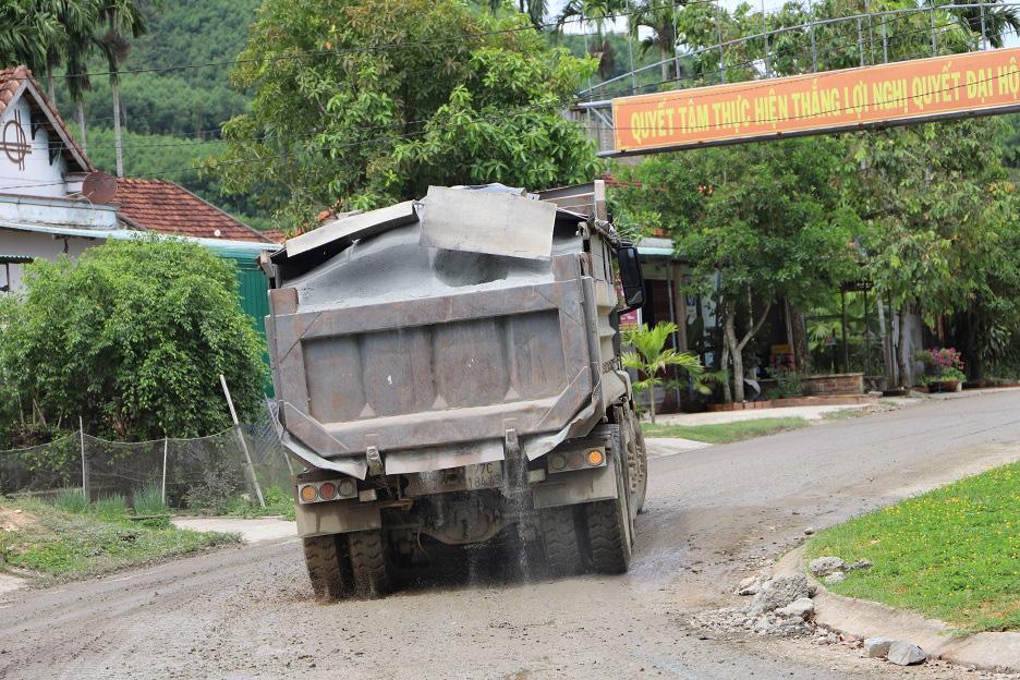 """Bí thư Huyện ủy lên tiếng vụ đoàn xe """"siêu tải"""" cày xéo, 16km đường """"nát như tương"""" - Ảnh 1."""