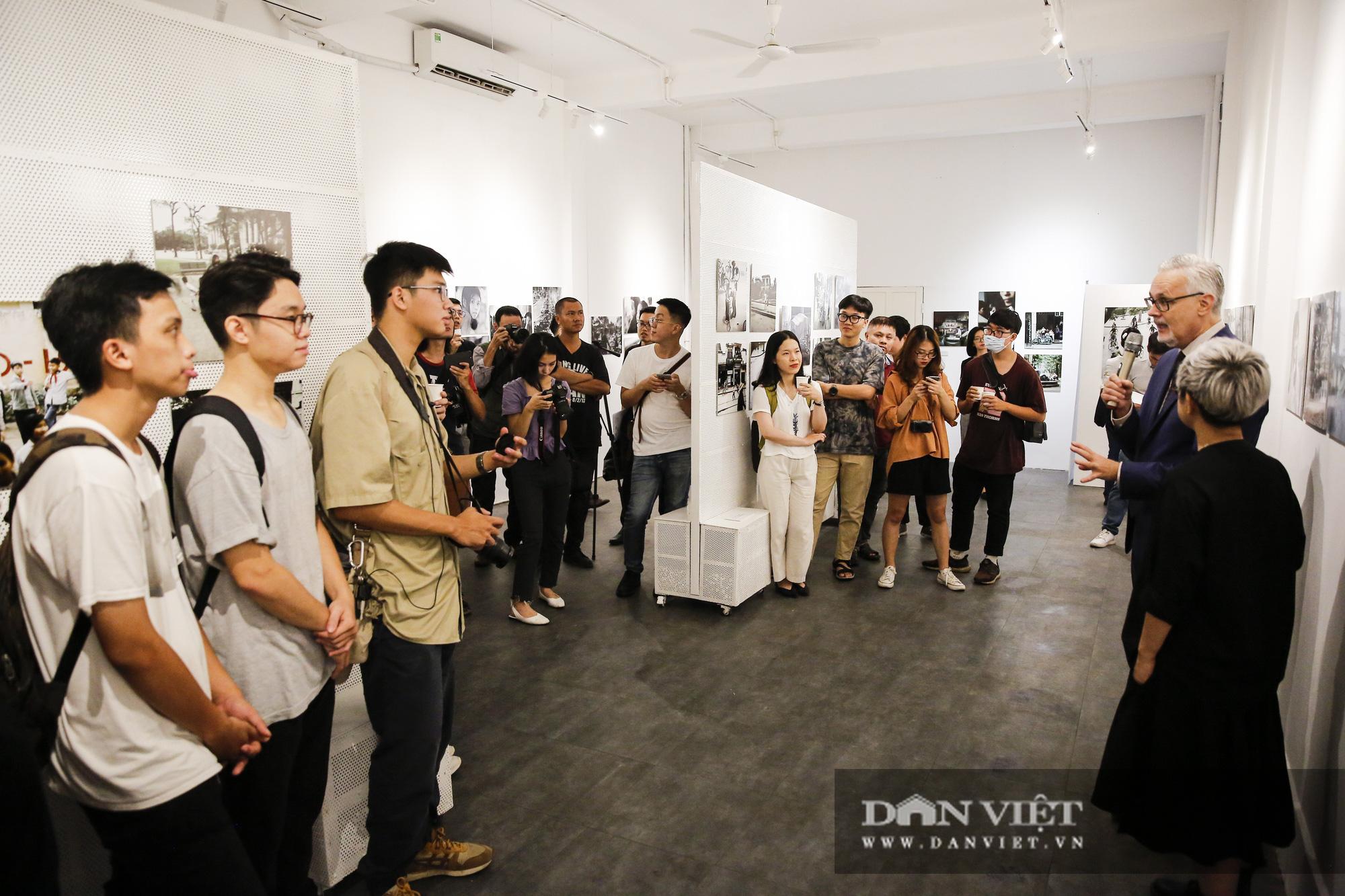 Đại sứ Đức tại Việt Nam tham dự triển lãm ảnh đặc biệt về Hà Nội - Ảnh 1.