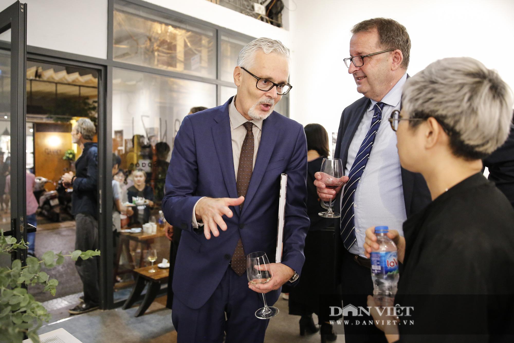 Đại sứ Đức tại Việt Nam tham dự triển lãm ảnh đặc biệt về Hà Nội - Ảnh 2.